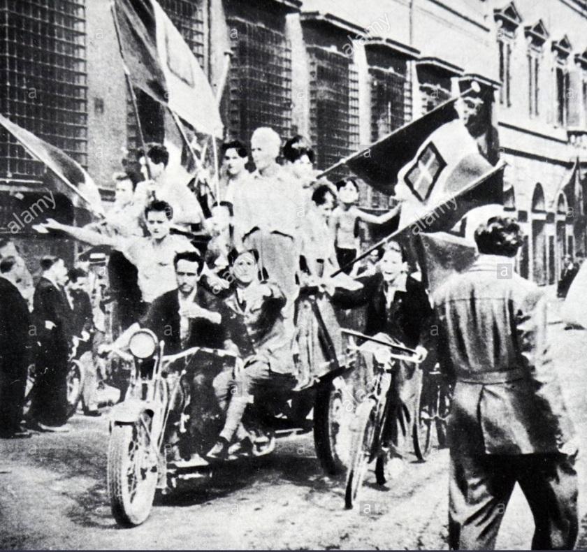 gli-italiani-festeggiano-la-caduta-del-fascismo