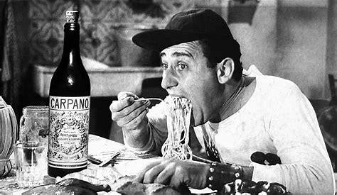 Sordi mangia la pasta