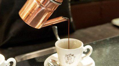 Un buon caffè, da gustare con lentezza, contro lo stress della vitamoderna